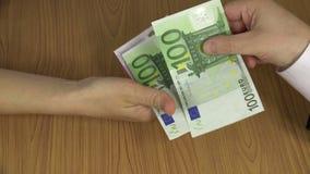 Bezprawna zapłata dla pracy Ręka daje euro banknotom 4K zbiory