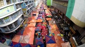 Bezprawni sprzedawcy zajmuje ulicy tworzyli targowych kramy zbiory wideo