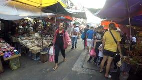 Bezprawni sprzedawcy zajmuje ulicy tworzyli targowych kramy zdjęcie wideo