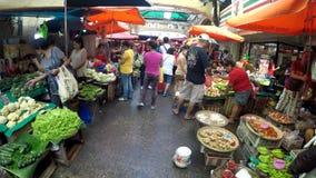 Bezprawni sprzedawcy zajmuje ulicy tworzyli targowych kramy zbiory