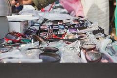 Bezprawni uliczni handlowowie sprzedają szkła, zamykają up Zdjęcia Royalty Free