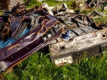 bezprawny ?mieciarski usyp Ampuła stos metalu, drewnianego i plastikowego odpady, Zanieczyszczenia poj?cie zdjęcie stock