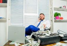 Bezprawny pieniądze zysku pojęcie Biznesmen dyskutuje pomyślną transakcję Oszust mówi telefon komórkowego Pieniężny oszustwa prze fotografia royalty free