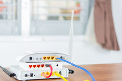 Bezprzewodowy modemu routera sieci centrum z kablem łączy Fotografia Stock