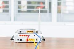 Bezprzewodowy modemu routera sieci centrum z kablem łączy Fotografia Royalty Free