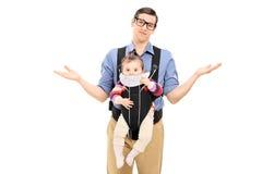 Bezradny ojciec niesie jego dziecko córki Fotografia Stock
