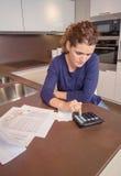 Bezrobotna i rozwiedziona kobieta przegląda jej miesięczników rachunki z długami fotografia stock
