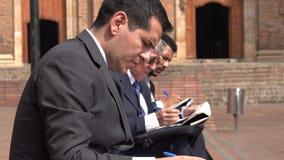 Bezrobotny Biznesowego mężczyzna czytania papier zdjęcie wideo