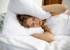 Bezsenność problemy w łóżku obrazy royalty free