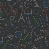 Bezszwowa ilustracja na temacie nauka i wymyślenia diagramy, mapy i wyposażenie, prosty barwiony pisze kredą na zmroku ilustracji