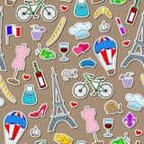 Bezszwowa ilustracja na temacie podróż w kraju Francja, prości ikona majchery, barwiący znaki na brown tle Obrazy Stock