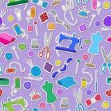 Bezszwowa ilustracja na temacie szyć i dziać, barwioni majchery na purpurowym tle Obraz Stock