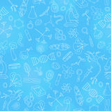 Bezszwowa ilustracja z ręki rysować ikonami na temacie biologia, lekki kontur na błękitnym tle Zdjęcie Royalty Free