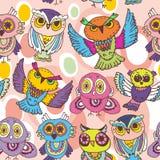 Bezszwowe deseniowe nakreślenie sowy na różowym tle Obraz Royalty Free