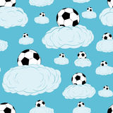 Bezszwowi soccerballs na chmurach Obrazy Stock