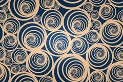 Bezszwowy ślimakowaty złoto wzór z zmrokiem - błękitny tło fotografia stock