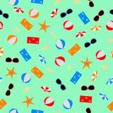 Bezszwowy deseniowy lato temat z jedzeniem, rozgwiazdą, ręcznikiem, okulary przeciwsłoneczni piłką i plażowym parasolem, Zdjęcia Royalty Free