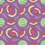 Bezszwowy lato wzór z kreskówki wody melonem i plasterki na jaskrawym purpurowym tle ilustracja wektor