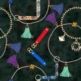 Bezszwowy modny wzór z rzemiennymi patkami, przykuwa, muśnięcia, koronki na czarnym tle royalty ilustracja