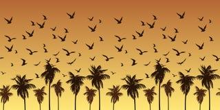Bezszwowy naturalny wzór z ptakami i drzewkami palmowymi przeciw jaskrawemu żółtemu niebu royalty ilustracja