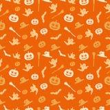 Bezszwowy pomarańczowy tło z Halloweenowym tematem Tło pokazuje bani, miotły, czarownicy nakrętki, ducha i nietoperza, ilustracja wektor
