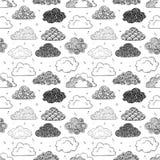 Bezszwowy tło z czarnym doodle chmurnieje na bielu Może używać dla tapety, deseniowe pełnie, tkanina, strona internetowa Fotografia Royalty Free