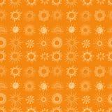 Bezszwowy tło z doodle słońcem na pomarańczowym tle Może używać dla tapety, deseniowe pełnie, tkanina, strona internetowa Obrazy Royalty Free