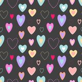 Bezszwowy wektoru wzór z śmiesznymi jaskrawymi sercami na ciemnym tle ilustracji