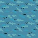 Bezszwowy wektoru wzór z czarnymi ptakami na błękitnym chmurnym tle royalty ilustracja