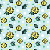 Bezszwowy wektoru wzór z kawałkami cytryny i zieleni liście Obraz Royalty Free