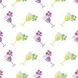 Bezszwowy wektoru wzór z wineglasses z winem, wiązki winogrono na popielatym tle, i Zdjęcie Royalty Free