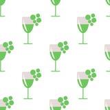 Bezszwowy wektoru wzór z zbliżeń wineglasses z białym winem i wiązkami winogrono na popielatym tle Obrazy Royalty Free