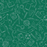 Bezszwowy wizerunek z proste konturowe ikony na temat szkole, jaskrawy kontur na zielonym tle Fotografia Royalty Free