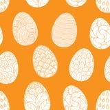 Bezszwowy wzór z ręki rysującymi Easter jajkami doodles na pomarańczowym tle Wektorowy tło ilustracja wektor