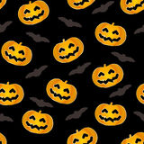 Bezszwowy wzór dla Halloween z baniami z złotym konturem, nietoperze Zdjęcia Royalty Free
