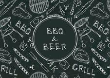 Bezszwowy wzór lata BBQ grilla przyjęcie Piwo, stek, kiełbasa, grill siatka, Tongs, rozwidlenie, ogień, ketchup Czarny Deskowy Ba Zdjęcia Stock