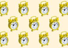 Bezszwowy wzór robić złoty analog osiąga w odosobnionym żółtym pastelowym tle ilustracji