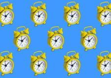 Bezszwowy wzór robić złoty analog osiąga w odosobnionym błękicie obrazy stock