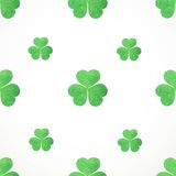 Bezszwowy wzór shamrocks koniczynowi na St Patrick royalty ilustracja
