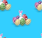 Bezszwowy wzór z ślicznymi Easter zabawy białymi królikami, kolorowi jajka, błękitny tło ilustracja wektor