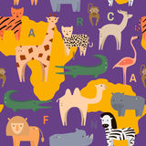 Bezszwowy wzór z Afrykańskimi zwierzętami w płaskim geometrycznym stylu również zwrócić corel ilustracji wektora ilustracja wektor