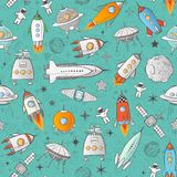 Bezszwowy wzór z astronautycznymi rakietami i innymi elementami na błękicie Może używać dla tapety, deseniowe pełnie, tkanina, si Obrazy Stock