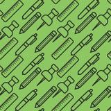 Bezszwowy wzór z czarną kreskowej sztuki ikoną władca, szpilka, ołówek i pióro na zielonym tle, również zwrócić corel ilustracji  Obrazy Royalty Free