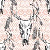 Bezszwowy wzór z jelenim scull, piórkami i plemiennymi ornamentami, Obraz Stock