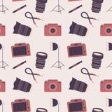 Bezszwowy wzór z kamerami, obiektywami i akcesoriami fotografii, ilustracja wektor