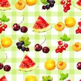 Bezszwowy wzór z lato jagodami arbuz, rodzynek, morela i wiśnia na w kratkę zielonym tle, czerwony i czarny, ilustracja wektor