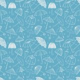 Bezszwowy wzór z parasolami na błękitnym tle Może używać dla tapety, deseniowe pełnie, tkanina, strona internetowa Zdjęcia Royalty Free