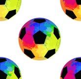 Bezszwowy wzór z piłek nożnych piłkami z akwareli tęczy tłem ilustracji