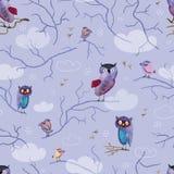 Bezszwowy wzór z pociągany ręcznie sowami i ptakami na fiołkowym tle Zdjęcia Royalty Free