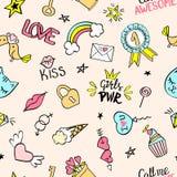 Bezszwowy wzór z ręki rysującymi girly doodles Wielostrzałowy tło z dziecięcymi nakreślenie projekta elementami dla tkaniny, tape Zdjęcia Stock